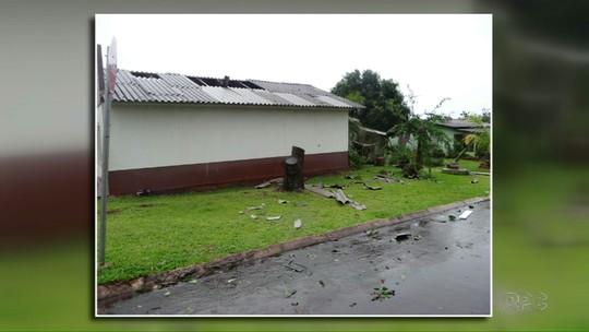 Temporal com ventos fortes deixa estragos em cidades do oeste do PR