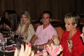Bárbara Evans com Leonardo Conrado e avó Conceição em restaurante no Rio (Foto: Rodrigo dos Anjos/ Ag. News)