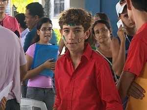 José Victor carrega documentos para pré-matricula (Foto: Reprodução/TV Sergipe)
