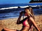 Fiorella Mattheis posa de biquíni e exibe boa forma em praia no Havaí