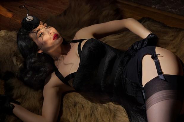 Dita Von Teese fala sobre os segredos da lingerie perfeita (Foto  Greg  Lotus paraVogue 0c208f0b153
