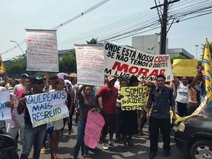 Grupo faz manifestação por moradias (Foto: Sérgio Rodrigues/G1 AM)