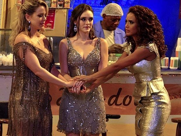 O trio refaz o pacto que começou tudo (Foto: Cheias de Charme / TV Globo)