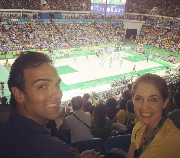 Tadeu Schmidt e Poliana Abritta na partida de basquete entre Brasil e Argentina (Foto: Reprodução/Instagram)