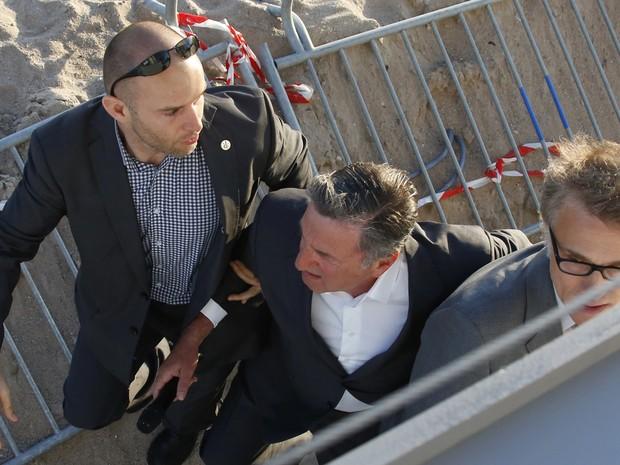 O ator francês Jury Daniel Auteuil e o austríaco Christoph Waltz são protegidos após tiros durante uma entrevista no Festival de Cannes (Foto: AFP/Loic Venance)