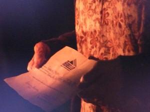 Jesuína entrega documento para o Comendador (Foto: Gshow)