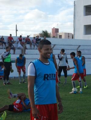 Tainan mal chegou e já treinou com o grupo do Auto Esporte  (Foto: Lucas Barros / Globoesporte.com/pb)