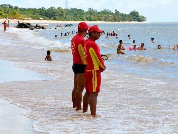 Bombeiros orientaram banhistas nas praias de Mosqueiro. (Foto: Agência Pará)