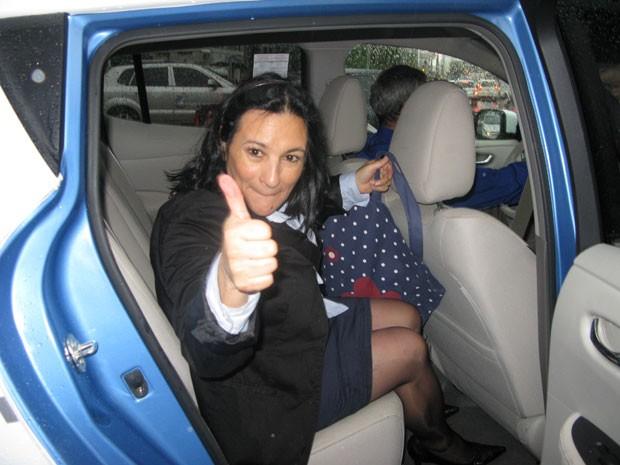 Passageira pegou táxi elétrico em ponto da Avenida Paulista na manhã desta segunda (Foto: Letícia Macedo/ G1)