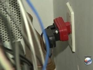 Especialista comenta os riscos de sobrecarregar adaptadores (Foto: Reprodução/EPTV)