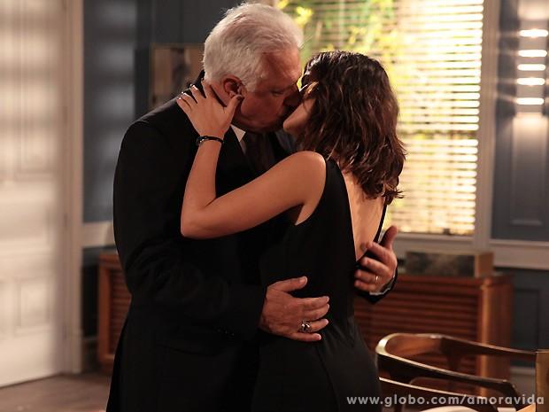 César e aline não conseguem mais se segurar e partem para o beijo! (Foto: Amor à Vida / TV Globo)