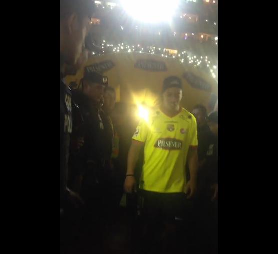 BLOG: Ronaldinho é ovacionado por estádio lotado ao deixar amistoso no Equador