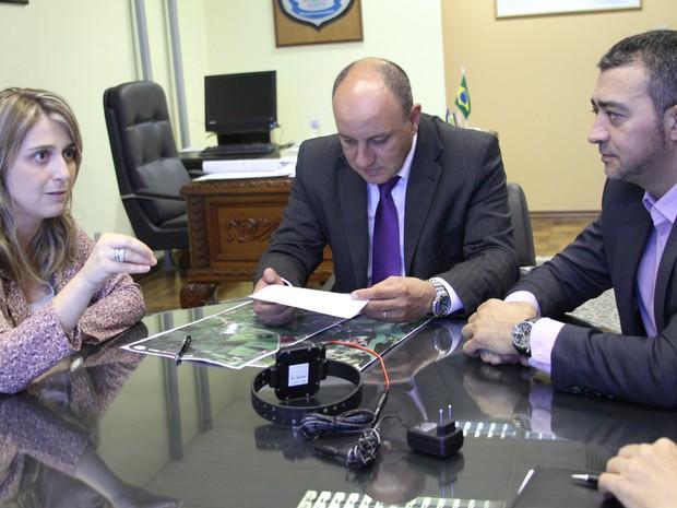 Secretária Ariane Leitão, superintendente da Susepe, Gelson Treiesleben, e deputado Edegar Pretto em reunião que tratou do uso de tornozeleiras pelos agressores de mulheres (Foto: Luana Mesa / SPM-RS)