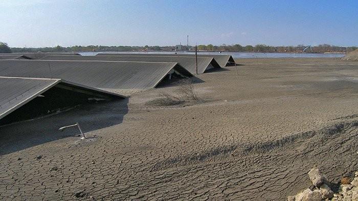 Casas cobertas de lama do Lusi (Foto: Adriano Mazzini/The Lusi Lab Project)