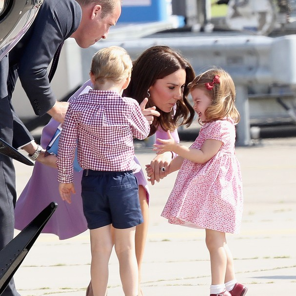 Kate Middleton dá bronca em Charlotte (Foto: Getty Images)