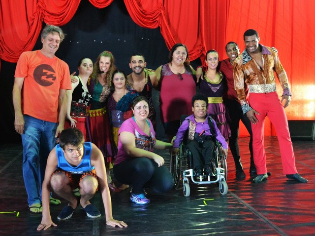 Enrico com a Companhia Circodança após espetáculo do Festival de Circo em Piracicaba (Foto: Claudia Assencio/G1)