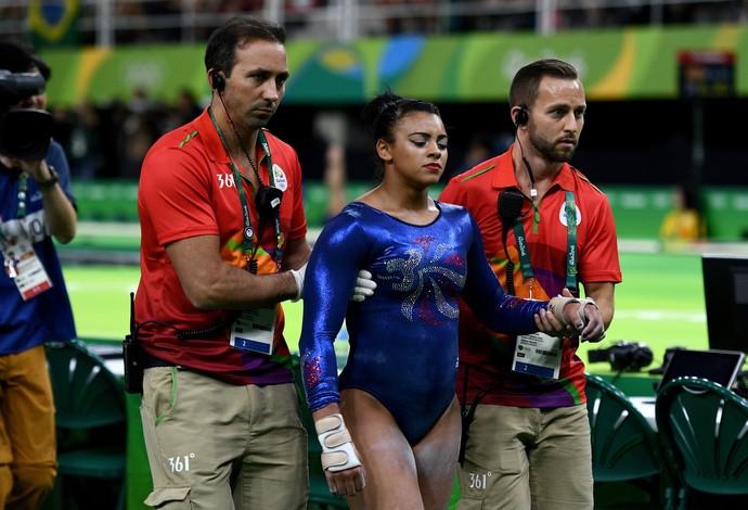 Ellie Downie deixa a arena amparada por médicos (Foto: Getty)
