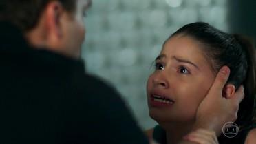 Caio diz a Manuela que vai chamar a polícia