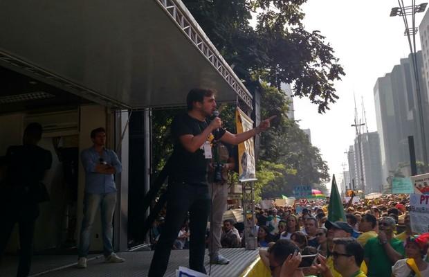 """Renan Santos, do Movimento Brasil Livre: """"O Eduardo Cunha acha que é o Underwood brasileiro"""", diz, em referência ao congressista ambicioso da série House of Cards. """"Nos vamos te pegar na saída!"""" (Foto: Bruno Ferrari)"""