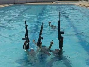 Bandidos do Complexo da Pedreira ostentam fuzis dentro de piscina na Vila Olímpica de Honório Gurgel.  (Foto: Divulgação/Jornal Extra)