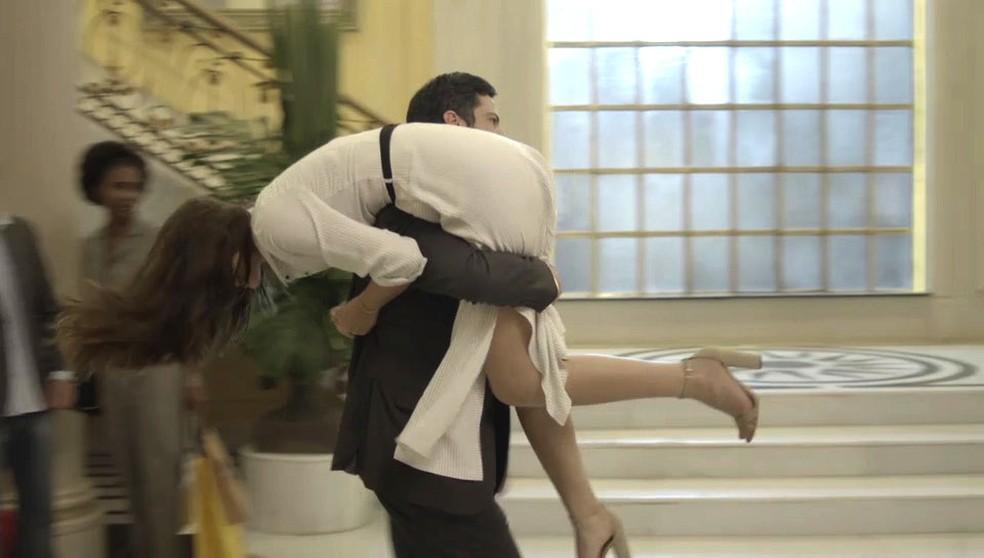 Eric leva Luíza nos ombros (Foto: TV Globo)