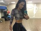 Viviane Araújo mostra cinturinha e boa forma em selfie na academia