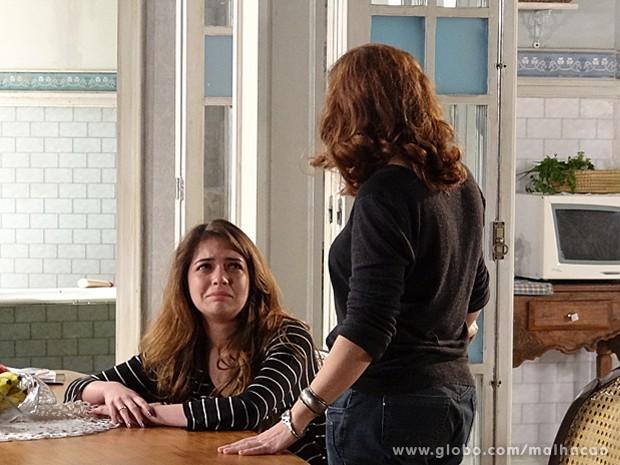 Flaviana chora, e Vera tenta consolar a garota (Foto: Malhação / TV Globo)