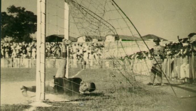Ceará x Fortaleza em 1947 no já inaugurado Estádio Municiapl, atual Presidente Vargas (Foto: Arquivo Nirez Filho)