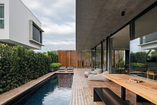 Deque. De madeira cumaru, exibe mesa de Jader Almeida, desenhada especialmente para a casa (Foto: Leonardo Finotti / Editora Globo)