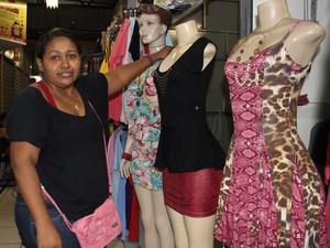 Maria Morena, comodatária do shopping, não relaxa na organização dos manequins (Foto: Patrícia Andrade/ G1)