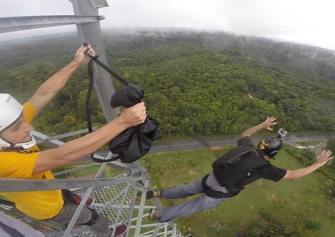 Moacyr auxilia salto de Base Jump (Foto: Zappeando)