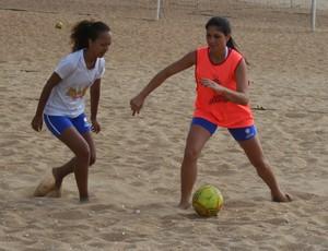 Juliana Orlandi (colete laranja) disputa bola com Estela Reis (Foto: Divulgação/Pauta Livre)