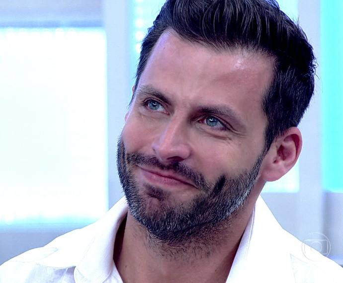 Henri Castelli chora ao falar dos filhos, no Encontro (Foto: TV Globo)