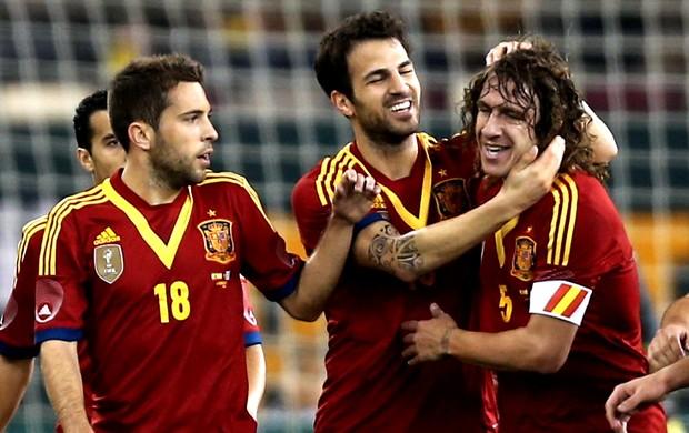 Fabregas e Puyol comemoram gol da Espanha contra o Uruguai (Foto  AFP) 5fe9d712fd2cf