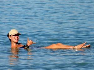 Kívia flutuando no Mar Morto (Foto: Kívia Costa/Arquivo pessoal)