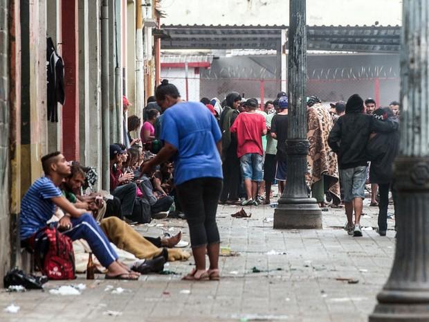 Usuários de crack se reúnem no centro de São Paulo nesta segunda-feira (14). (Foto: Yasuyoshi Chiba/AFP)
