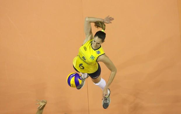 A jogadora Thaísa é uma das veteranas da seleção no Grand Prix deste ano (Foto: Divulgação/CBV)
