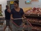 Grávida, Sophie Charlotte faz compras em mercado