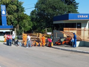 Coletores da Urbam paralisam coleta de lixo reciclável em São José (Foto: André Luis Rosa/ TV Vanguarda)