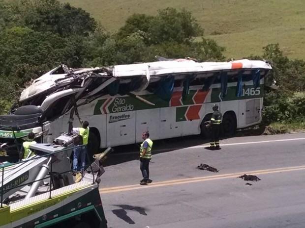 Ônibus foi retirado do local do acidente no Espírito Santo (Foto: Josimar Oscar/ VC no ESTV)