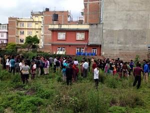 Pessoas se aglomeraram em um campo aberto (Foto: Nádia Otake/ Grassroots News International)