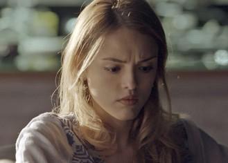 Recaída? Júlia decide viajar com Pedro e não conta para Felipe