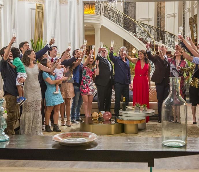 Famílias confraternizam no fim de 'Haja Coração' (Foto: Artur Meninea/Gshow)