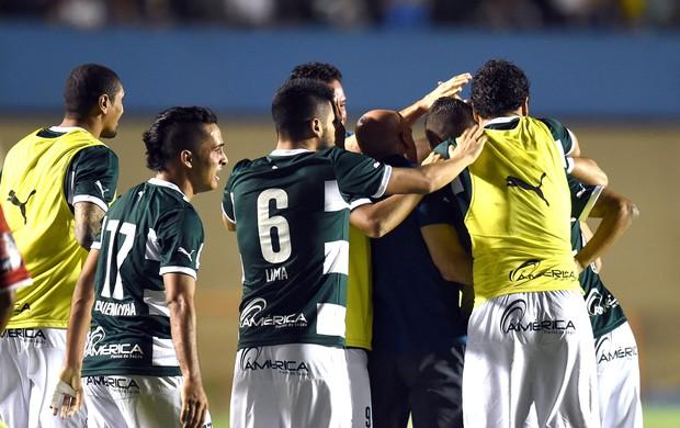 Comemoração do Goiás contra o Emelec (Foto: Agência AFP )