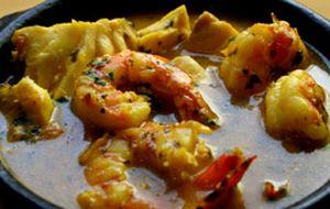 Moqueca à baiana feita com cherne e camarão