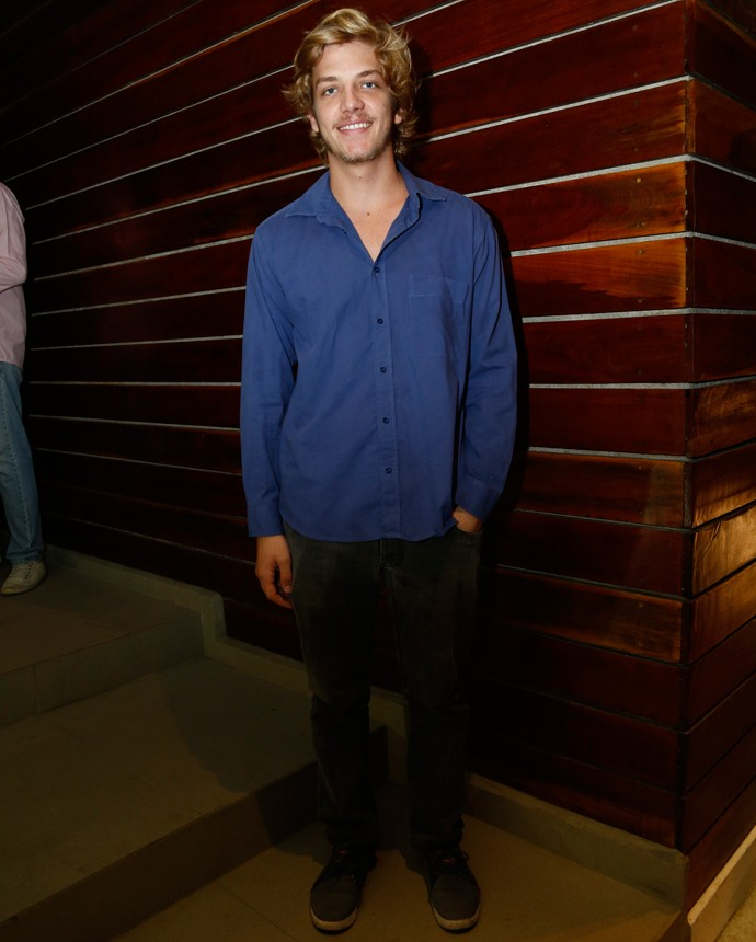 Bruno Hoffmann investiu em um traje despojado (Foto: Raphael Dias/Gshow)