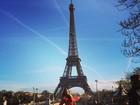 Nicole Bahls curte férias em Paris e posa em frente a Torre Eiffel