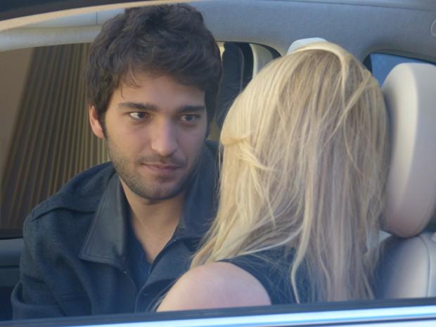 Megan tenta dar um beijinho em Davi, mas ele diz ainda amar Manu (Foto: Geração Brasil/TV Globo)