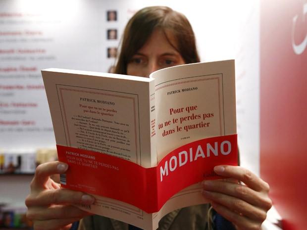 Público da feira de Frankfurt, na Alemanha, já garante livros do francês Patrick Modiano, vencedor do Nobel 2014 (Foto: REUTERS/Ralph Orlowski)