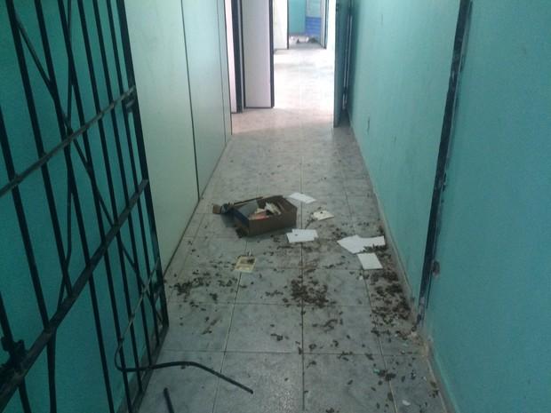 Criminosos arrombaram portão da base (Foto: Michelle Farias/G1)